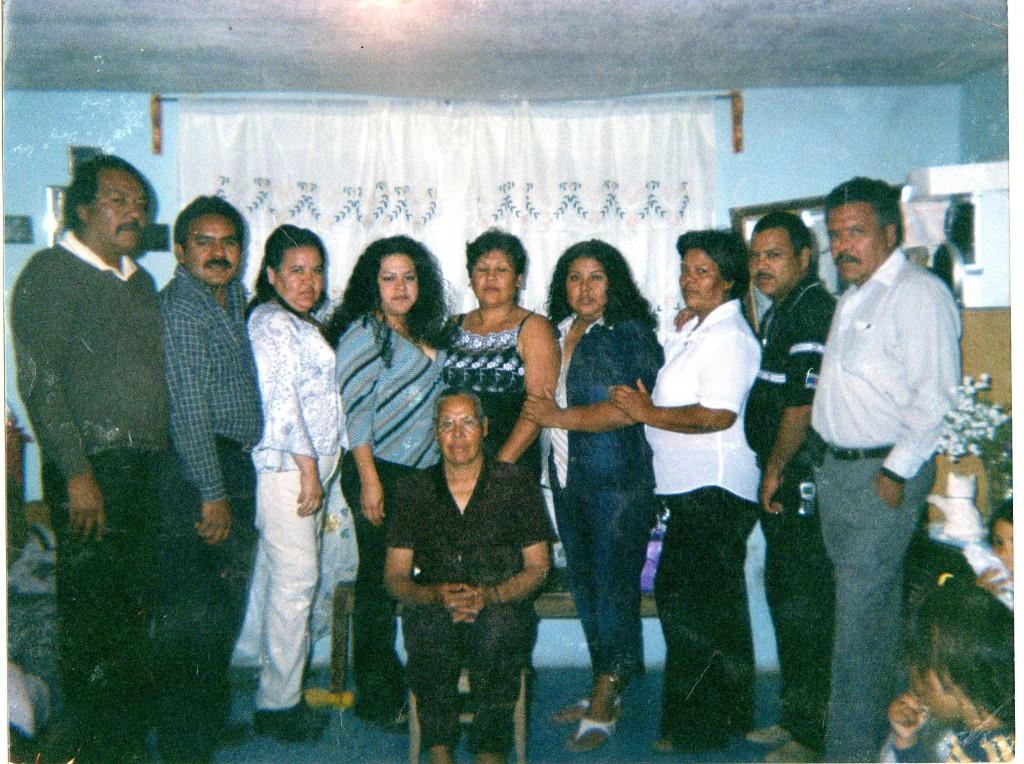 Hermanos Reyes Salazar y doña Sara