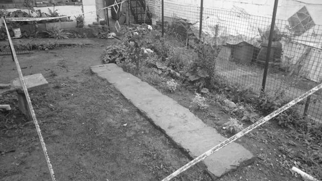 marido enterrado en el jardín