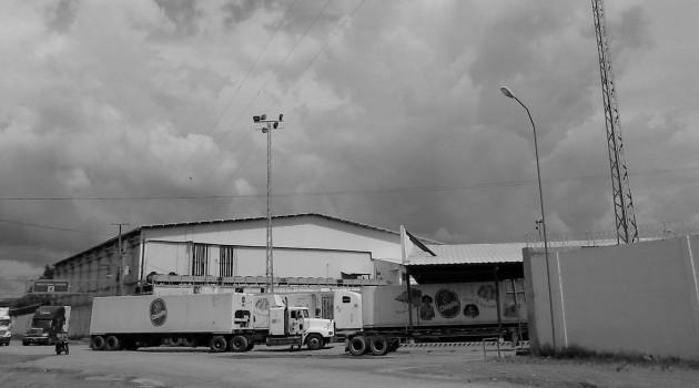 Pie de Foto - Los buques vienen, cargan y se van. Los camiones de 16 ruedas vienen, descargan y se van.
