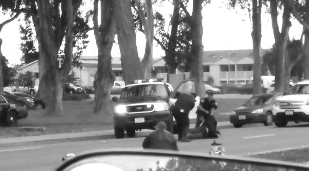 policia golpea a latino
