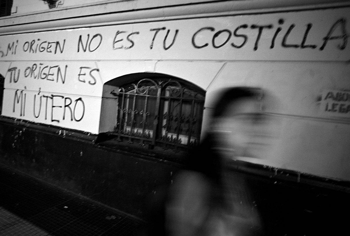"""Capital Federal.Viernes 1 de Noviembre. Miles de personas y organizaciones sociales se congregaron en el congreso de la nacion y marcharon a la plaza de Mayo para pedir que se trate en el congreso la """"ley de interrupción voluntaria del embarazo""""."""