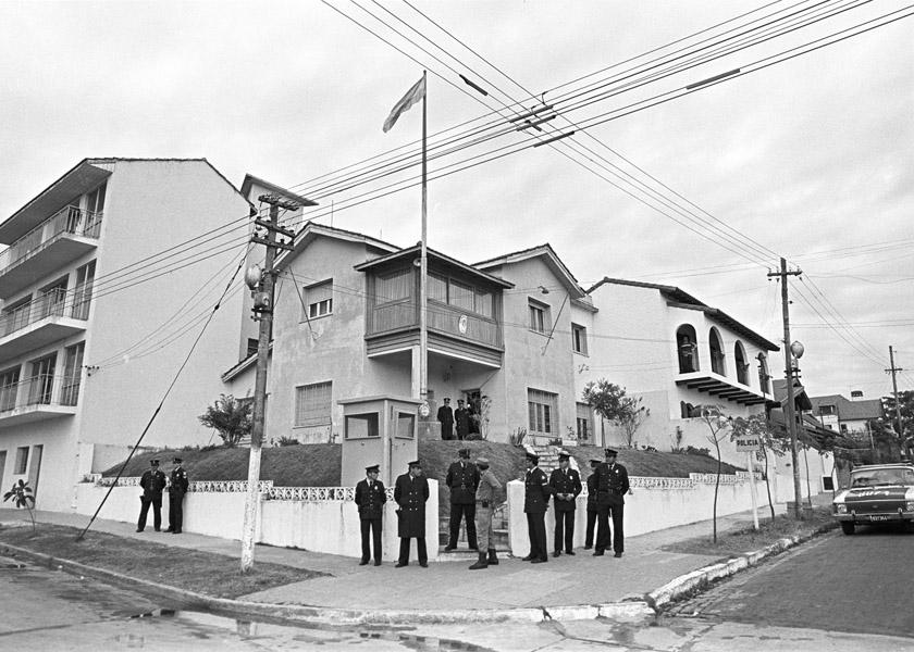 Descripcion: Fotografia tomada durante la inspeccion ocular realizada por el equipo de investigacion de la Comision Nacional sobre la Desaparicion de Personas, CONADEP, y sobrevivientes  en el ex Centro Clandestino de Detencion, Tortura y Exterminio Pozo de Quilmes, a partir de las denuncias recibidas.  Fecha del registro: Mayo de 1984. Lugar del registro: Provincia de Buenos Aires. Quilmes.  Codigo de registro:  01CNDP_t08 Desglose del codigo: Subfondo Fotografico Institucional SDH-ANM_Coleccion CONADEP_Enrique Shore_periodo 1983 – 1989. Nombre del  productor: Comision Nacional sobre Desaparicion de Personas, CONADEP. Nombre del autor: Enrique Shore. Condiciones de acceso: Sin restricciones. Condiciones de reproduccion: Previa autorizacion del ARCHIVO NACIONAL DE LA MEMORIA.  Notas complementarias:  - Titulo atribuido por el autor:  Pozo de Quilmes. - Otras denominaciones utilizadas: Chupadero Malvinas / Omega. - Localizacion del negativo original: En el anexo de la Dirección Nacional de Fondos Documentales, ANM.
