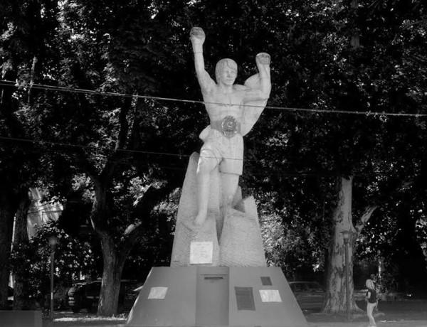monumento carlos monzon boxeador violencia de genero