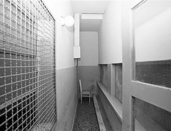 Descripcion: Fotografia tomada durante la inspeccion ocular realizada por el equipo de investigacion de la Comision Nacional sobre la Desaparicion de Personas, CONADEP, y sobrevivientes  en el ex Centro Clandestino de Detencion, Tortura y Exterminio Pozo de Quilmes, a partir de las denuncias recibidas.  Fecha del registro: Mayo de 1984. Lugar del registro: Provincia de Buenos Aires. Quilmes.  Codigo de registro:  01CNDP_t08 Desglose del codigo: Subfondo Fotografico Institucional SDH-ANM_Coleccion CONADEP_Enrique Shore_periodo 1983 ñ 1989. Nombre del  productor: Comision Nacional sobre Desaparicion de Personas, CONADEP. Nombre del autor: Enrique Shore. Condiciones de acceso: Sin restricciones. Condiciones de reproduccion: Previa autorizacion del ARCHIVO NACIONAL DE LA MEMORIA.  Notas complementarias:  - Titulo atribuido por el autor:  Pozo de Quilmes. - Otras denominaciones utilizadas: Chupadero Malvinas / Omega. - Localizacion del negativo original: En el anexo de la DirecciÛn Nacional de Fondos Documentales, ANM.