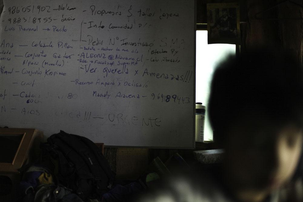 Pizarra donde Ruben Collio tiene sus apuntes en relacion al asesinato de su esposa Macarena.©Ruta35r/Cristobal Saavedra