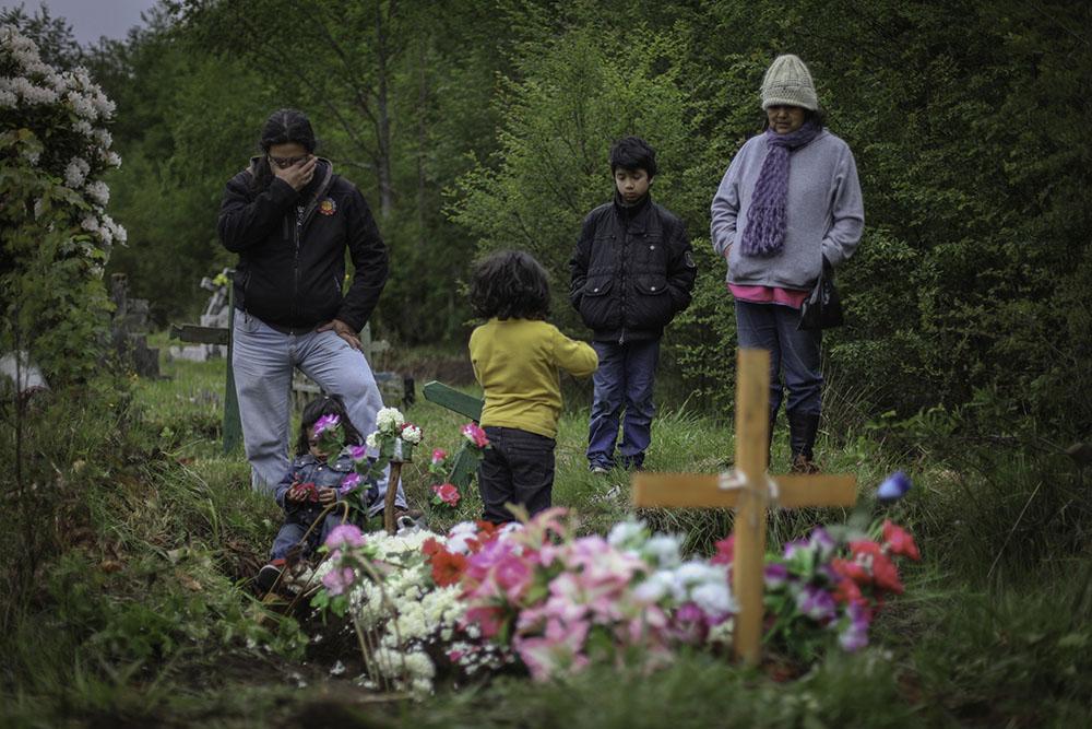 Ruben Collio junto a sus hijos se emociona al visitar a su esposa Macarena en el cementerio.©Ruta35r/Cristobal Saavedra