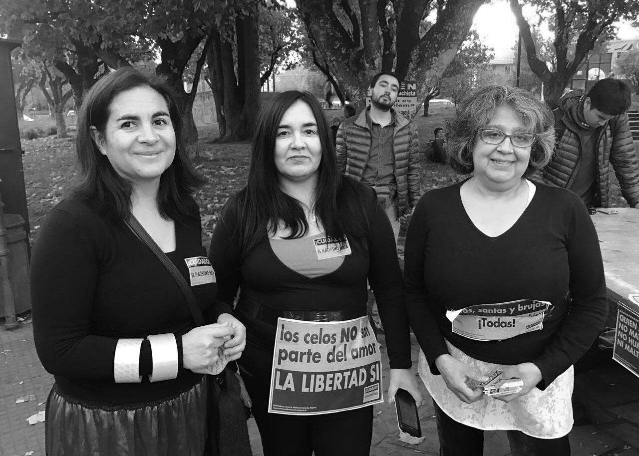 Las líderes del movimiento de mujeres acompañan a Nabila.