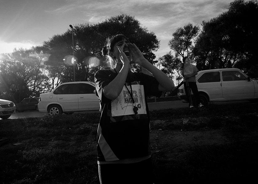 """Viedma.13-05-17. La colectivx LGBTIQ de Viedma y Patagones y las Mujeres Organizadas de la Comarca convocaron a un partido de fútbol, en la Costanera Norte de Viedma, para pedir la liberacion de Eva Analía """"Higui"""" De Jesús, mujer lesbiana de Bella Vista que está presa desde octubre por defenderse del ataque de una patota de diez varones. Foto: Pablo Leguizamon"""