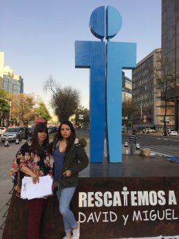 Deborah Ramírez y su mamá, Lourdes González, frente al memorial que instalaron en Reforma. Foto: Claudia Altamirano.