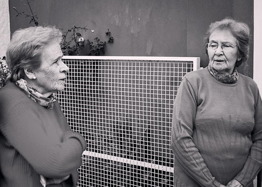 Pirucha y Olinda en la puerta de su casa