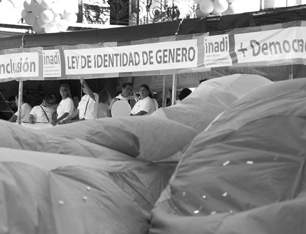 Télam Buenos Aires 09/12/2012 Representantes de la comunidad gay, presentes en la plaza de mayo en el Dia de la Democracia y los Derchos Humanos, muestran carteles de la Ley de Identidad de Genero. Foto: José Romero/Télam/cf