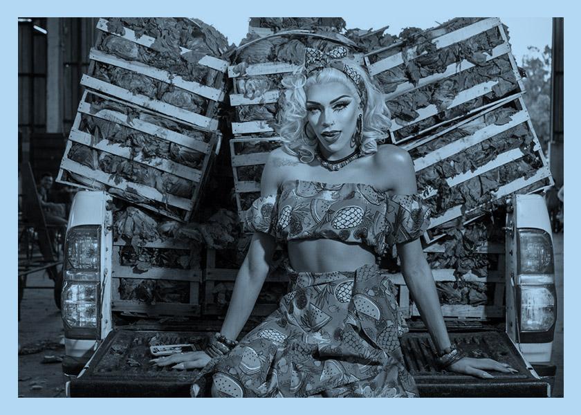 Una drag queen en el mercado de frutas