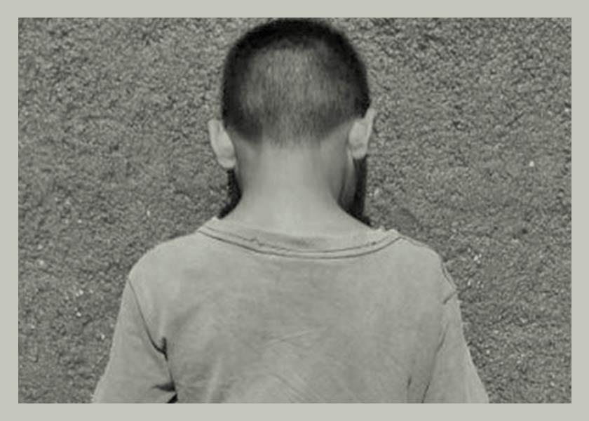 niño espaldas