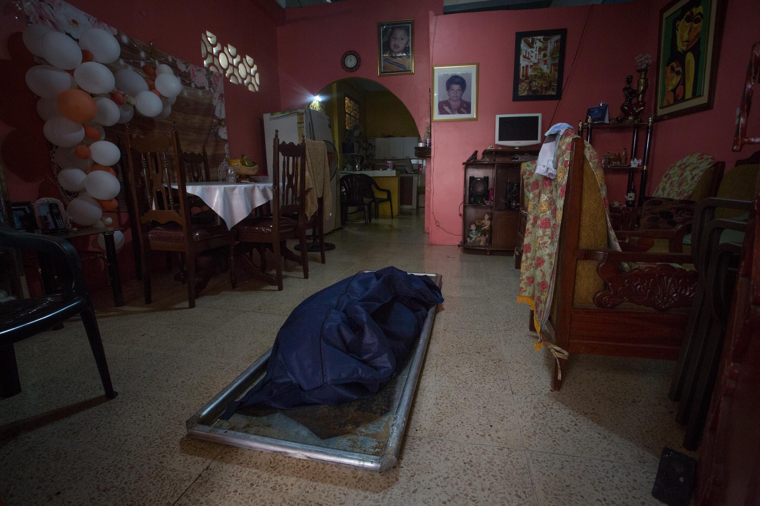 El cuerpo encargado de hacer el levantamiento de cadaveres de la Policía Nacional a las afueras de Jorge Suárez, quien falleció de problemas respiratorios.