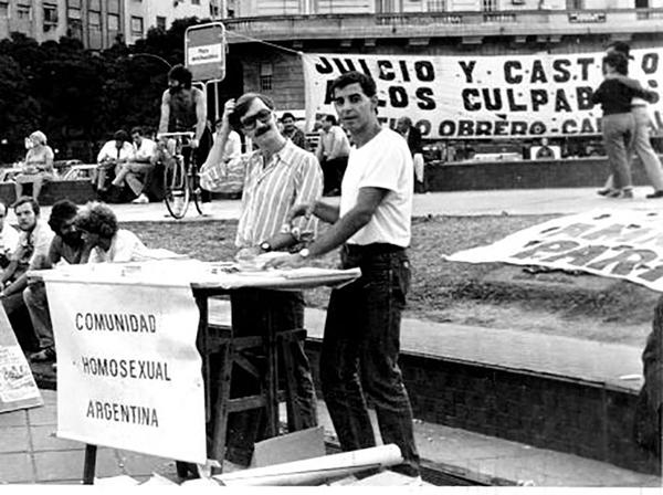 21 de Marzo de 1986. Mesa de la CHA en las Jornadas de las Madres de la Plaza de Mayo previas a la conmemoración por los 10 años del golpe militar. Carlos y César Cigliutti.
