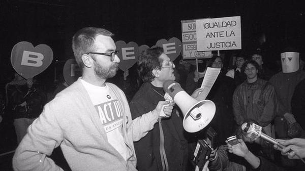 La marcha de los corazones. II Marcha del Orgullo Lésbico Gay. 28 de junio de 1993. Repudio a no poder dar la cara. Por esa razón las personas presentes con las máscaras llevan la pancarta del corazón con la inicial de su nombre.