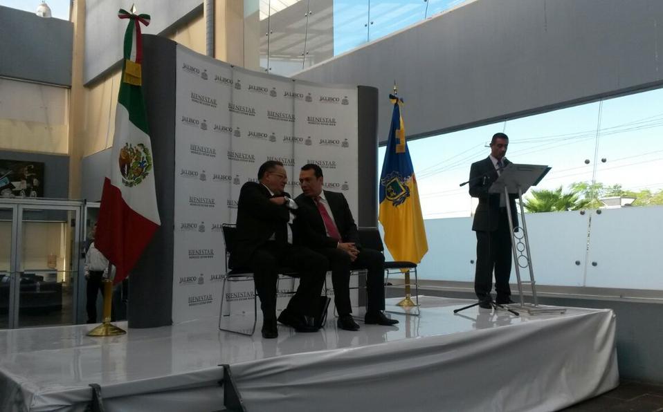 Luis Octavio Cotero y Roberto López Lara en la toma de protesta del primero como director del IJCF, el 24 de marzo de 2015. Crédito: Comunicación Social del IJCF