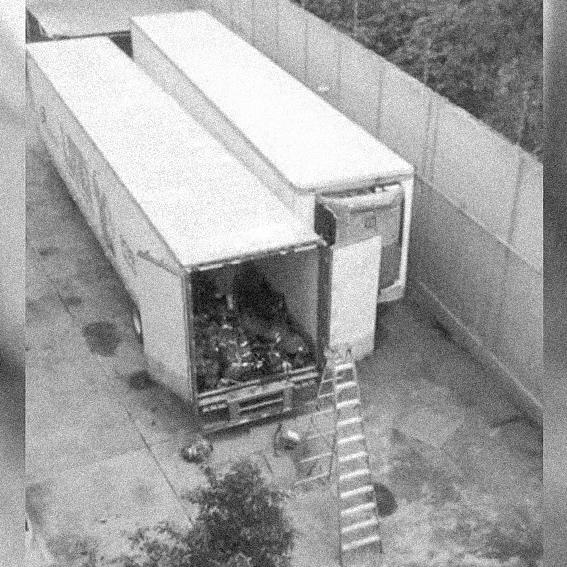 Foto del interior de los contenedores tomada desde la parte alta del IJCF. Crédito: Fotografía filtrada a los medios de comunicación.
