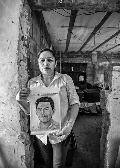 Con la fotografía de su hijo, Marcela desfiló por Semefo, hospitales y cárceles, sin saber que su hijo había sido enviado por error a la fosa común.
