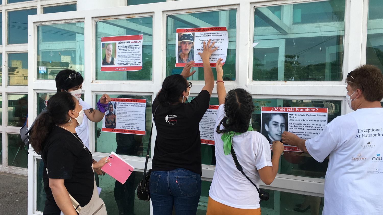 Familiares de víctimas de desaparición colocan carteles de búsqueda en la puerta de la Fiscalía Regional de Justicia Zona Costa de Puerto Vallarta, Jalisco. Crédito: Mónica Cerbón