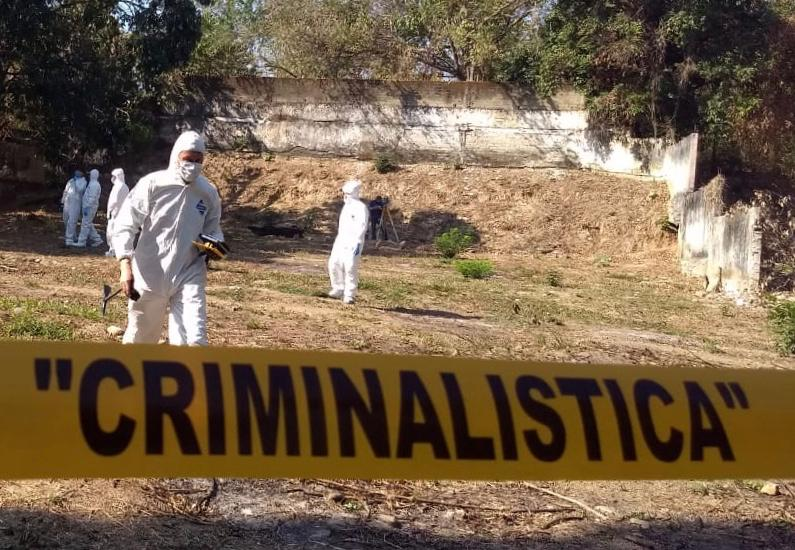 Peritos de la Fiscalía de Morelos realizan trabajos de investigación en un lugar de intervención o escena del crimen. Crédito: Fiscalía General de Justicia de Morelos.