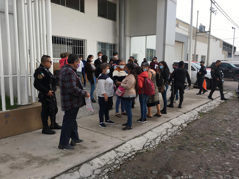 Integrantes de Buscando Personas, Verdad y Justicia, y familiares de víctimas de desaparición en la Fiscalía de Lagos de Moreno. Crédito: Mónica Cerbón.