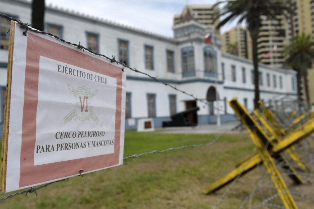 20 de Febrero de 2020 / IQUIQUE Una trinchera instaló personal del Ejército afuera de la Sexta División, recinto que es el cuartel general de la institución en Iquique y que se ubica frente a playa Cavancha. FOTO: CRISTIAN VIVERO BOORNES/AGENCIAUNO
