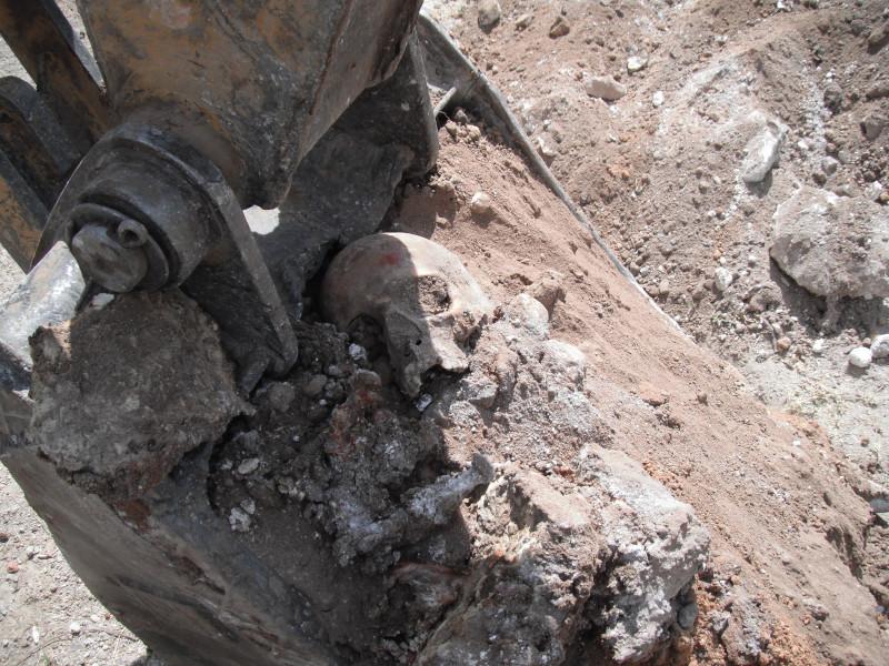 Diversos cráneos, extremidades y cuerpos fueron encontrados en una de las fosas clandestinas en la ciudad de Durango, el 20 de abril del 2011. Crédito: Fermín Soto.