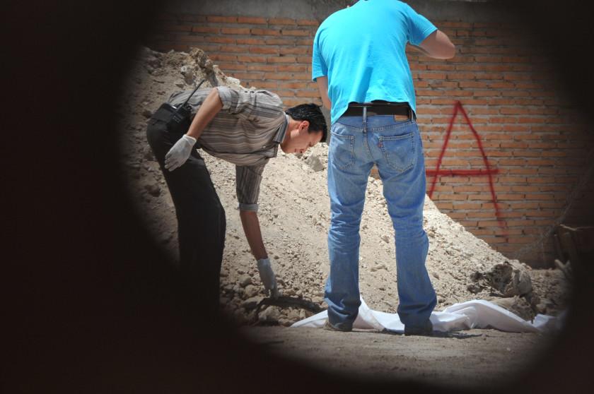 En la colonia Valle de Guadiana los peritos del Semefo encontraron más restos humanos, en tres fosas clandestinas. Crédito: Jorge Valenzuela.