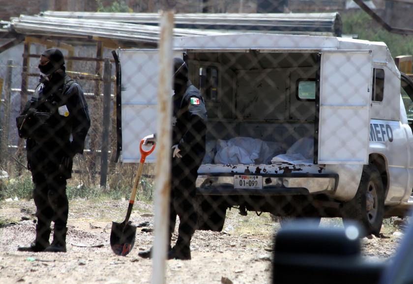 Peritos del Semefo buscan en los cuerpos encontrados en las fosas clandestinas alguna identificación que les pueda ayudar con la investigación. Crédito: Jorge Valenzuela.