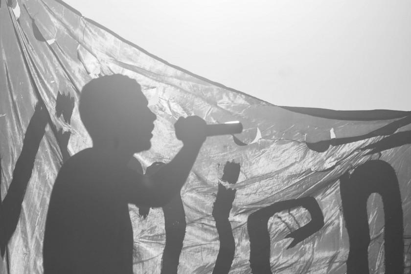 El rapero Maxi Reynoso, del barrio lindante. apoyando la causa.