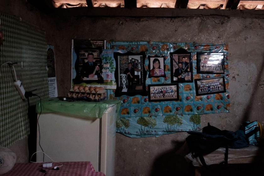 La familia de Manuela la recuerda con este mural donde está colgado un cuadro con su fotografía, acompañado de las fotografías con los principales logros de sus dos hijos, a quienes dejó huérfanos cuando ellos tenían 7 y 9 años. Ambos esperan justicia para Manuela. Foto por Federico Alegría.